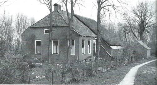 Boerderij bij de Nieuwe Til. Gemeentelijk viel het huis onder Warffum, terwijl het kerkelijk behoorde onder het Kerspel Rasquert. Het werd bewoond van 1939-1955 door Harm Prins en Elizabeth Bulthuis.