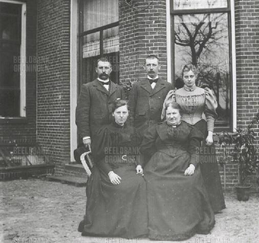 Jan (1872-1956), Derk (1865-1940), Alida (1868-1960) en hun moeder Alida van Houten-ten Bruggenkate voor hun huis aan het Damsterdiep 215 in Groningen