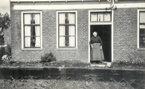 Geertje Wiersema-Moltemaker voor haar huis in Mensingeweer. Dit huis werd gedeeld met haar zoon Eppe Wiersema en zijn vrouw