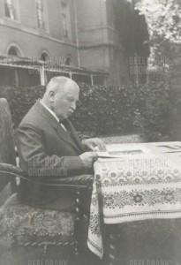 Gerrit van Houten in de tuin van het Provinciaal Ziekenhuis in Santpoort