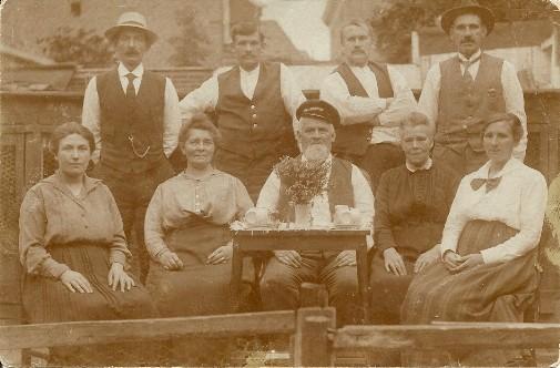 Johannes Hendrikus Blaauw en Rosema Staand 2e van links Johannes Hendrikus Blaauw en zittend links Grietje Rus