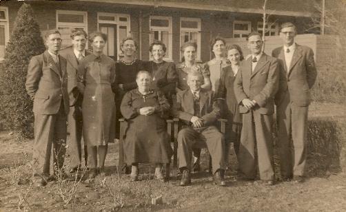 Het gezin Hermse in de tuin van de Kamperfoeliestraat. De foto is waarschijnlijk gemaakt ter ere van het 40-jarig huwelijk van Bertus en Anna.