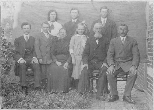 Achterste rij, v.l.n.r.: Harmanna, Reinolt en Jan. Voorste rij, v.l.n.r.: Kornelis, Barteld, moeder Gielje Danhof, Martje, vader Johannes Pool en Onno. (foto van Bert Medendorp)