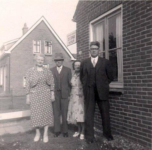 Martinus Pijp (met hoed) bij zijn winkel de Spar in Zuidwolde. Links zijn vrouw Wietske Bakering. Rechts zijn zuster Bertha Pijp en haar man Egbert Heikens