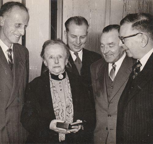 Quirina Jacoba Johanna van Swinderen wordt op 30 april 1949 benoemd tot ridder in de orde van Oranje Nassau (foto gemaakt door S. Andringa voor het Friesch Dagblad)