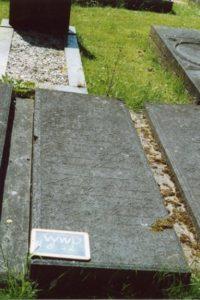 Westerwijtwerd, graf van Trientje Hindriks Bulthuis. Grafschrift: Gedenksteen van TRIENTJE BULTHUIS. Echtgenoote van F. Weg, Geboren den 15 April 1822, Overleden den 14 April 1872 nalatende 5 kinderen. - Hier rust mijn lieve vrouw en kinderen moeder neder O dierbre! die ons oog beschreit; Doch dit geeft troost al breekt ons hart; Dat zij nu leeft in d'eeuwigheid (foto van kerkwesterwijtwerd.nl)