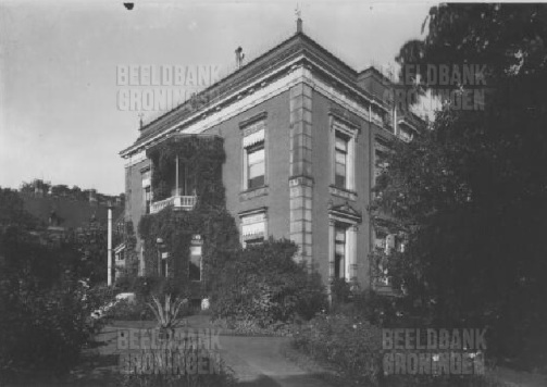 Het huis van Oncko Quirijn van Swinderen en Elisabeth Maria Magdalena Thomassen à Thuessink van der Hoop aan de Ubbo Emmiussingel 4, Groningen. Het pand is verwoest tijdens de bevrijding van Groningen in 1945.