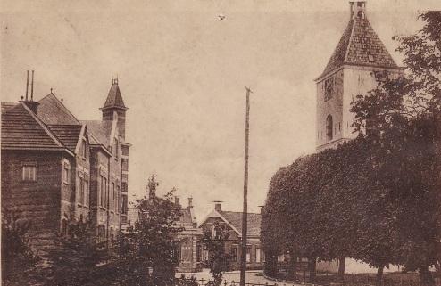 Uithuizen, gemeentehuis en hervormde kerk.