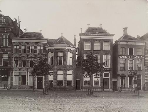"""In 1847 kocht Hindrik Jan Trip voor ƒ 17.000 een woonhuis aan de Vismarkt 52 (met de ronde uitbouw) in Groningen. Dit is nu """"Huize Maas""""."""