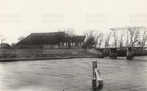Boerderij Wester Aikema in Niekerk met op de voorgrond het Hunsingokanaal.