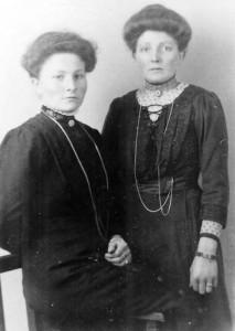 De zusters Willemina en Geertruid Wiersema