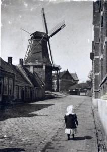 """De molen waar Gerrit cherger was. Op deze foto (Groninger Archieven)is van omstreeks 1900. Toen heette de molen """"de Noordstar"""".  Afgebrand in 1904."""